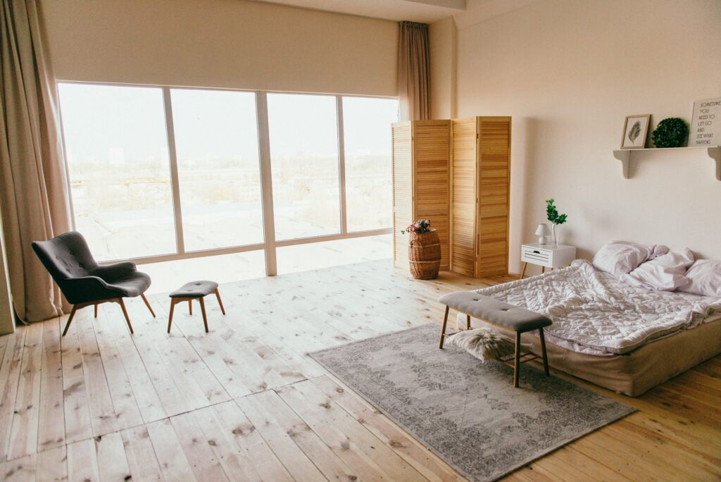 amenajare interior parchet lemn si lenjerie