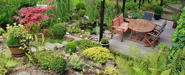 3 idei de amenajare a gradinii avand terasa din lemn drept element central